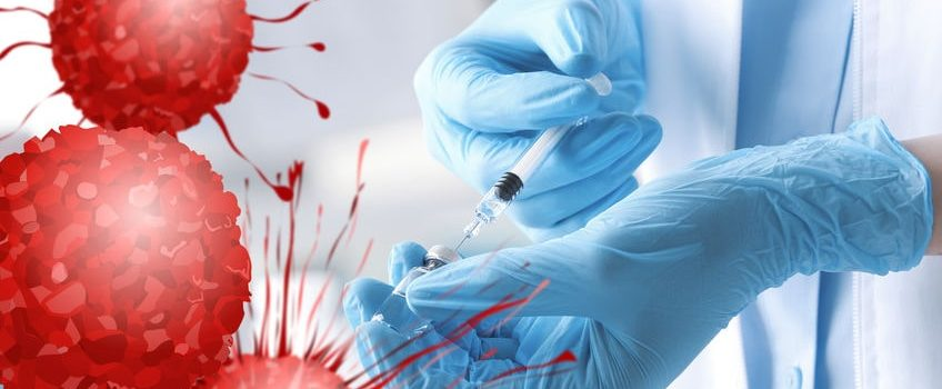 Impfstoff wird aus Ampulle aufgezogen